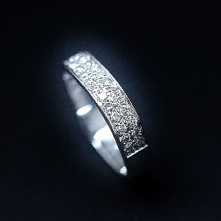 Alliance en Or gris 18k avec 30 diamants brillants soit 1.0 Ct . Taille 55.