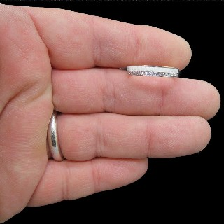 Alliance en Or gris 18k avec diamants brillants soit 1.12 Ct . Taille 54-55.