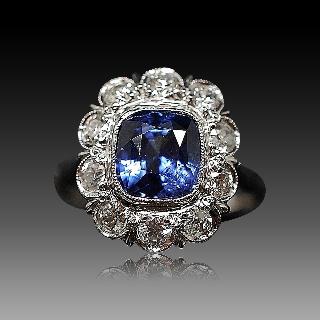 Bague entourage en Or 18K et platine vers 1920, Saphir Ceylan  et Diamants.