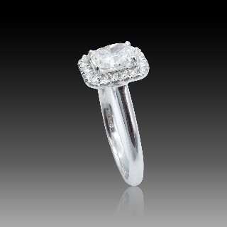 Solitaire en or gris 18k avec Diamant Coussin de 0.90 Ct G-VS2 .Certificat HRD.