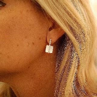 Boucles d'oreilles Victoria Casal en Or gris 18K avec nacre et diamants.