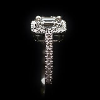 Solitaire Diamant taille Emeraude de 1.09 Cts F-VS1. Or gris 18k .Taille 56.
