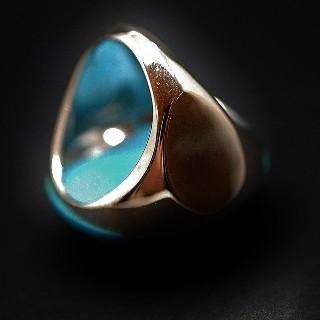 Bague en or gris 18k avec une imposante turquoise et Diamants brillants. Taille 52.