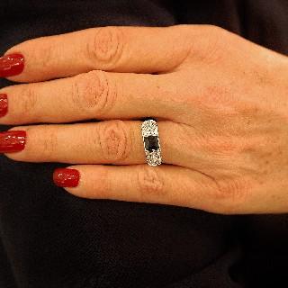 Bague en Or 18K  vers 1350, avec Saphir princesse  et Diamants.