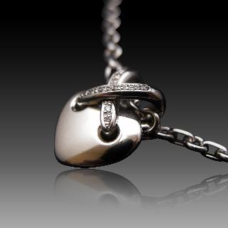 """Collier Pendentif  ChaumetCoeur """"Lien"""" or gris 18k diamants de 1999."""