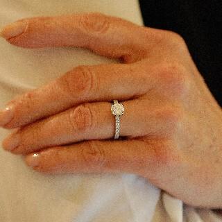 Solitaire Diamant 0.93 Cts E-VVS2 en platine + 0.32 Cts.