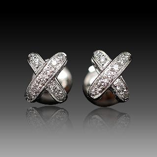 """Boucles Oreilles  Chaumet """"Premiers Liens croisés """" or gris 18k diamants vers 2010."""