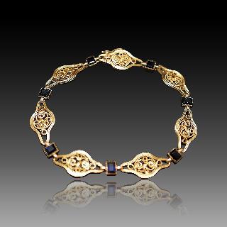 Bracelet en or jaune 18K avec Saphirs Vers 1900  . Poids: 13,10 gr