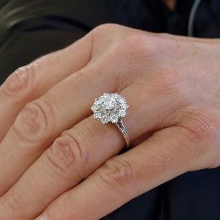 Bague entourage Or Gris 18K avec Diamants. Vers 1960