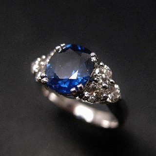 Bague Saphir Siam de 2.61 Cts + 6 Diamants 0.80 Cts en Or gris 18k.