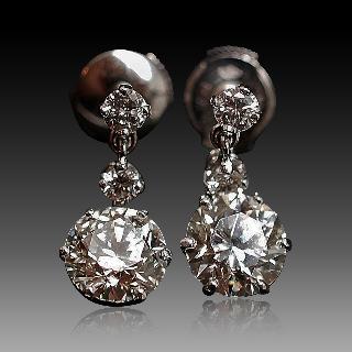 Boucles d'oreilles Dormeuses en or gris 18k et Platine vers 1950 avec 3.87 Cts de Diamants.