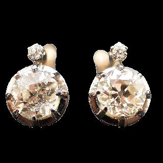 Boucles d'oreilles Dormeuses en or gris 18k et Platine vers 1920 avec 3.80 Cts de Diamants.