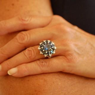Bague en or gris 18k avec saphirs fin et diamants .Taille 54-55