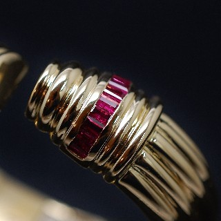 Bracelet Jonc rigide ouvrant en Or 18k avec Rubis calibrés