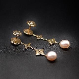 """Boucles d'oreilles Louis Vuitton en or jaune 18k """"Monogram"""" perles de culture."""