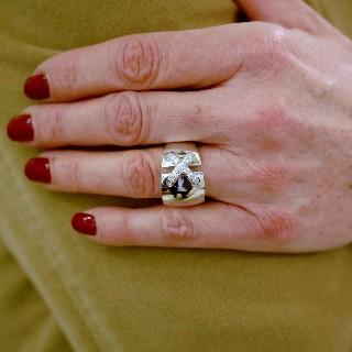"""Bague Chaumet """"Liens croisés Taille XL"""" or gris 18k diamants. taille 54."""