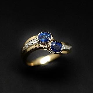 Bague en or jaune 18k avec saphirs fin et diamants .Taille 54-55