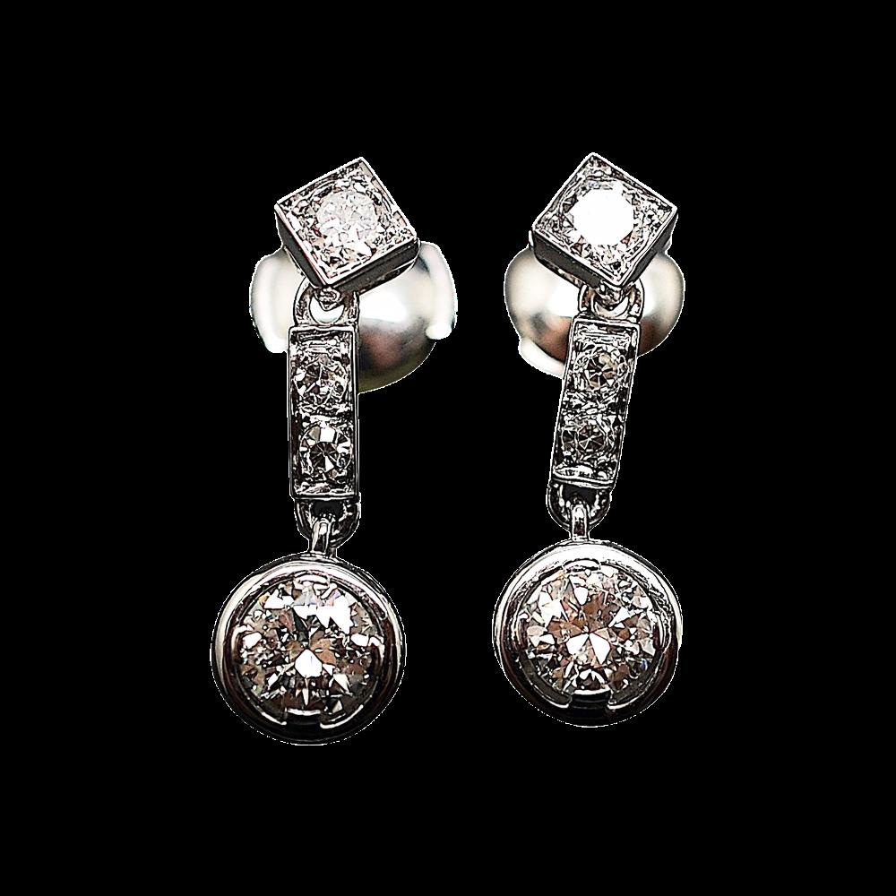 Boucles d'oreilles Dormeuses en or gris 18k et Platine vers 1930 avec Diamants.