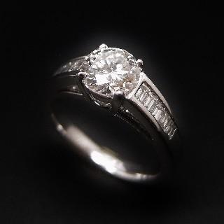 Solitaire Diamant brillant 1.07 Cts E-VS2 en Or 18 Cts + 0.36 Cts.