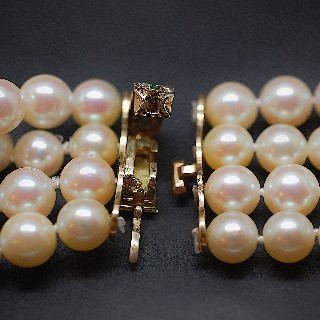 Collier de Perles de Culture 4 rangs de 8 mm .Emeraudes et Diamants.
