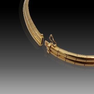 """Collier """"Torque"""" or jaune 18 cts 10.8 cts diamants princesse et saphirs calibrés"""