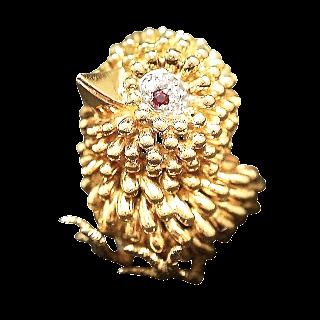 """Broche """"Poussin"""" Or 18k massif avec Diamants et rubis Vers 1975."""