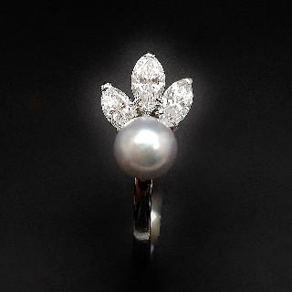Bague en or gris 18k avec perle grise et Diamants Navettes .Taille 52